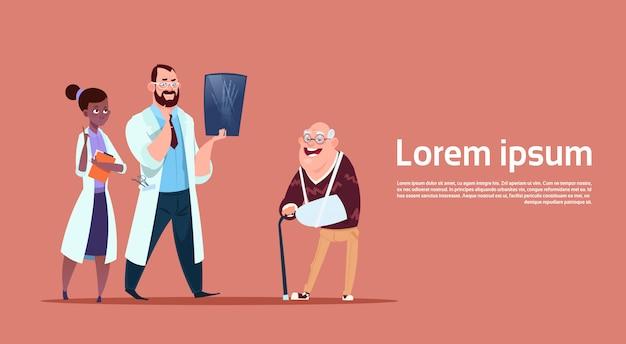 Homem sênior, em, consulta, com, doutores, grupo, pensionista, em, hospitalar, cuidado saúde, conceito Vetor Premium