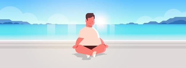 Homem sentado pose de lótus no mar praia relaxar conceito de férias verão seaside oceano bonito Vetor Premium