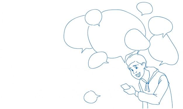 Homem usando smartphone mensagens bate-papo bolhas discurso on-line Vetor Premium