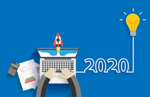 Idéia criativa lâmpada 2020 ano novo negócio iniciar com empresário trabalhando no computador portátil Vetor Premium