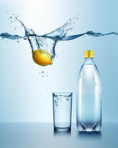 Ilustração de garrafa de plástico com copo de bebida e limão suculento sob água azul com respingo Vetor Premium