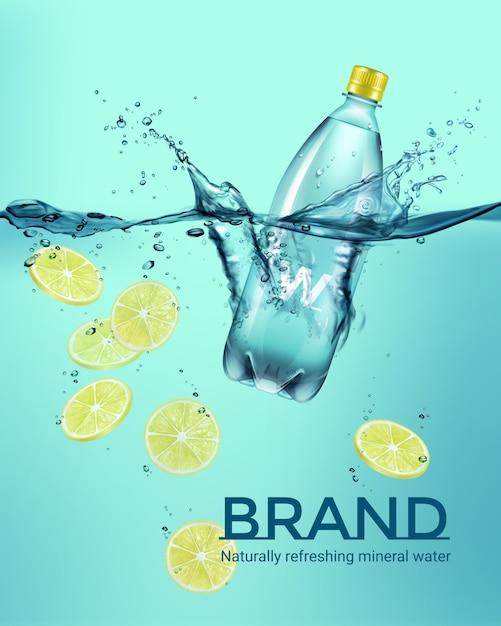 Ilustração de propaganda de garrafa de plástico de bebida e limão fatiado amarelo caindo na água com respingos no fundo turquesa Vetor Premium