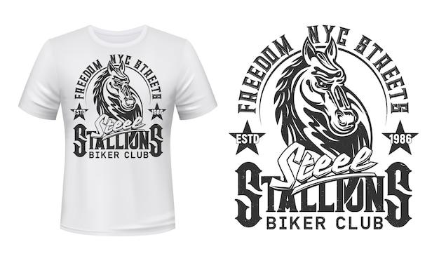 Impressão de t-shirt com cabeça de garanhão. mascote ou tatuagem do clube de motociclistas, roupa branca ou uniforme. modelo de roupa ativa de camiseta, emblema monocromático com animal égua e letras do grunge Vetor Premium