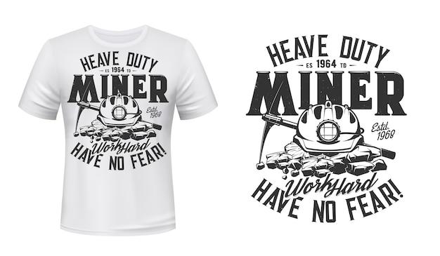 Impressão de t-shirt com picareta mineira e capacete, vestuário. Vetor Premium