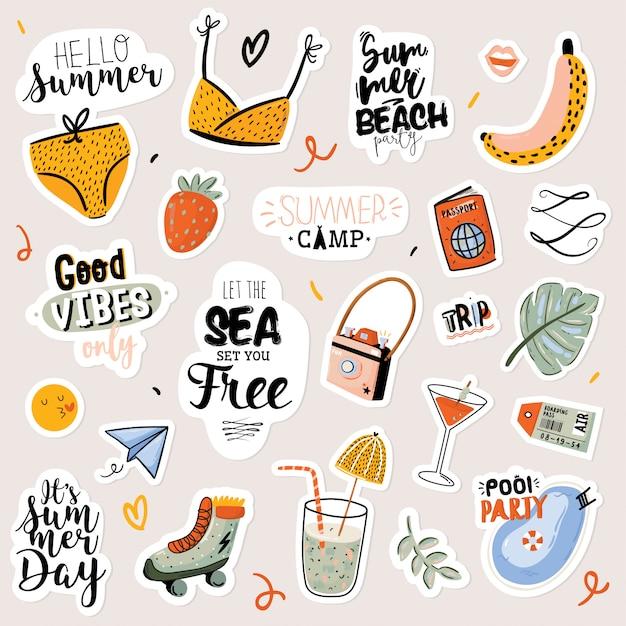 Impressão de verão com elementos de férias bonitos e letras em fundo branco. mão desenhada estilo moderno. . bom para tecido, etiquetas, etiquetas, web, banner, cartaz, cartão, folheto Vetor Premium
