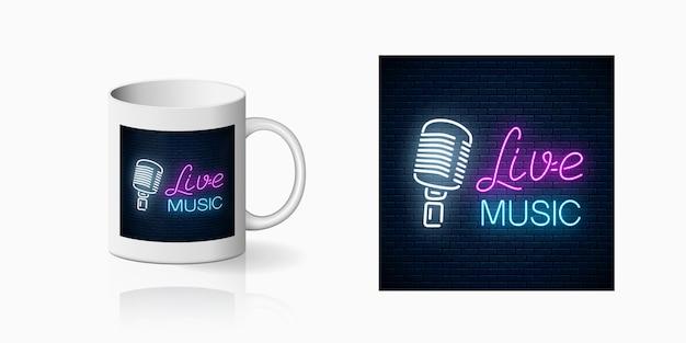 Impressão em néon de boate com música ao vivo na maquete da caneca de cerâmica. projeto de placa de boate com karaokê e música ao vivo na copa. Vetor Premium