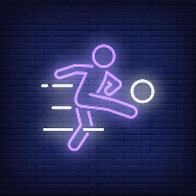 Jogador de futebol chutando a bola no fundo do tijolo. ilustração de estilo de néon. Vetor grátis