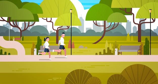 Jovem casal correndo ao ar livre no moderno parque público Vetor Premium