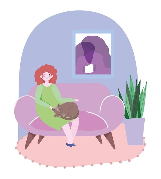 Jovem mulher sentada no sofá com o gato na ilustração da sala de estar Vetor Premium