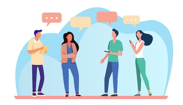 Jovens em pé e conversando. bolha do discurso, smartphone, ilustração em vetor plana garota. comunicação e discussão Vetor grátis