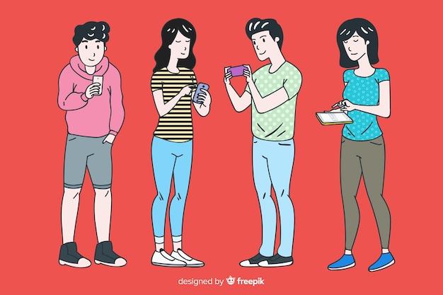 Jovens segurando smartphones no estilo de desenho coreano Vetor grátis