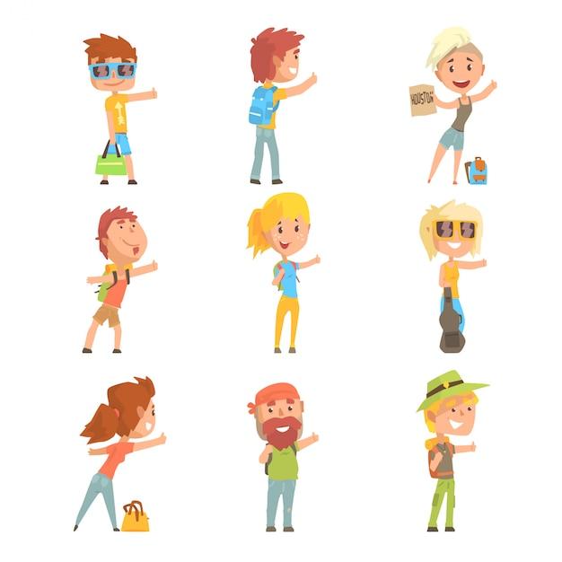 Jovens turistas vestindo roupa de viagem confortável em pé com um sinal de carona, viajando pelo autostop dos desenhos animados ilustrações Vetor Premium