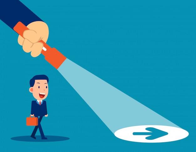 Lanterna de líder de negócios revelando sinal de seta escondido Vetor Premium
