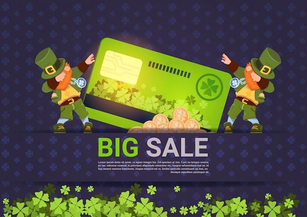 Leprechuns segure venda de cartão de crédito para o fundo de modelo de férias de st patricks day Vetor Premium