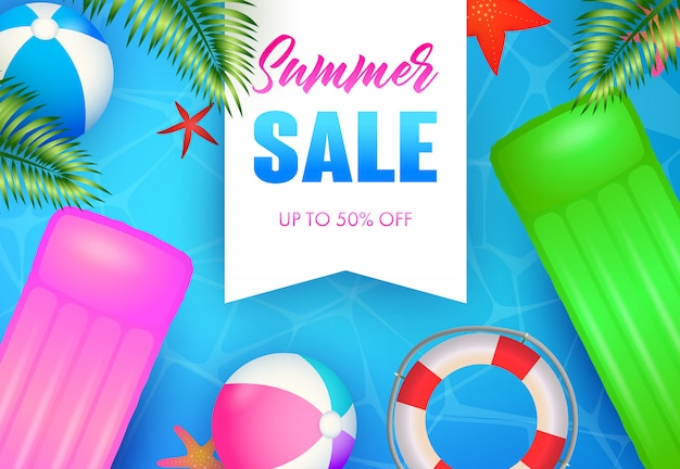 Letras de venda de verão, flutuante jangada, bolas de praia e bóias de vida Vetor grátis