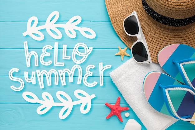 Letras de verão com chapéu e óculos de sol Vetor grátis