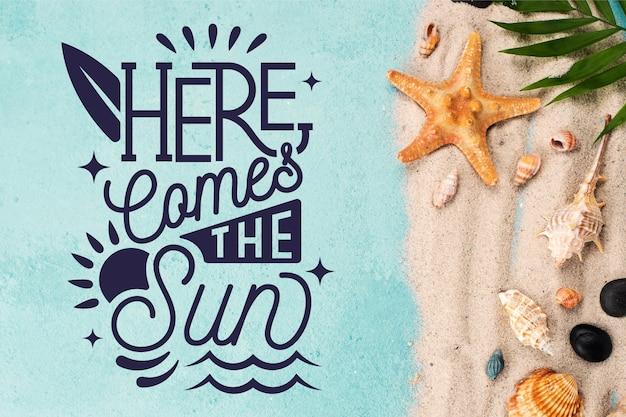 Letras de verão com praia e estrela do mar Vetor grátis