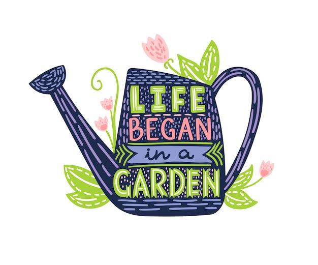 Lettering a vida começou em um jardim. doodle ilustração com regador e mão desenhada texto. cartaz de tipografia com inspiradora citação de jardinagem. Vetor Premium