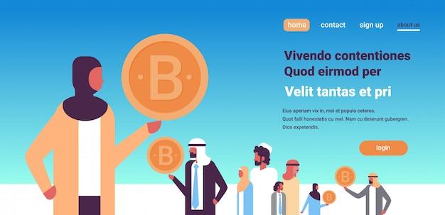 Líder de empresária indiana segurando a bandeira de criptomoeda bitcoin Vetor Premium