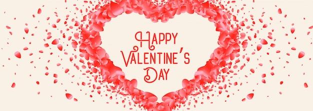 Lindo coração feito com pétala de rosa cartão de dia dos namorados Vetor grátis