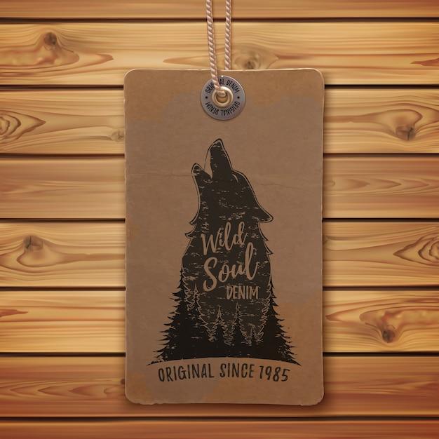Lobo uivando na floresta. modelo de logotipo em realista, etiqueta de preço vintage, etiqueta de roupas e pranchas de madeira. Vetor Premium
