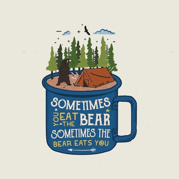 Logotipo da aventura desenhada de mão com caneca, barraca de acampamento, floresta de pinheiros. Vetor Premium