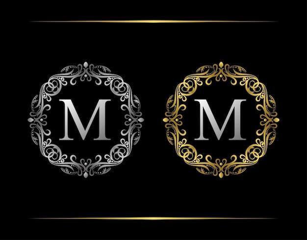 Logotipo da carta do emblema gracioso m. emblema de luxo com belo ornamento floral elegante. quadro vintage. Vetor Premium