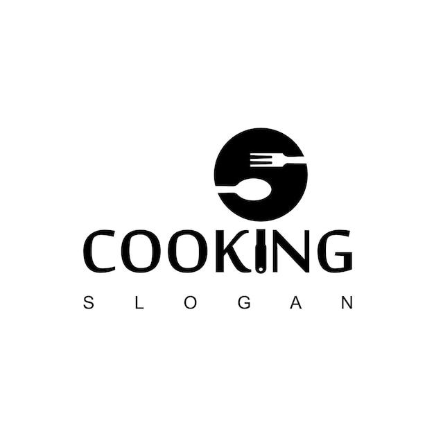 Logotipo de cozinha com colher, garfo e símbolo de teflon Vetor Premium