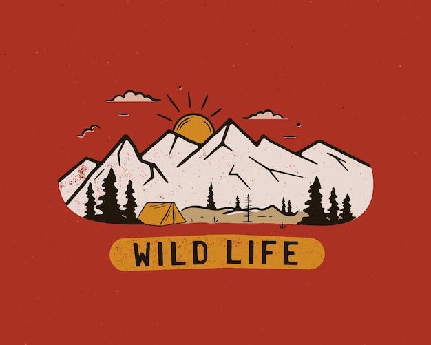 Logotipo do acampamento vintage, emblema da vida selvagem da montanha com árvores e barraca Vetor Premium