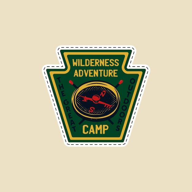 Logotipo do acampamento vintage, emblema da vida selvagem da montanha com bússola e fósforos Vetor Premium