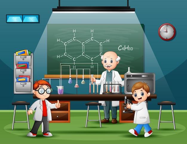 Macho cientista na sala de laboratório com crianças Vetor Premium