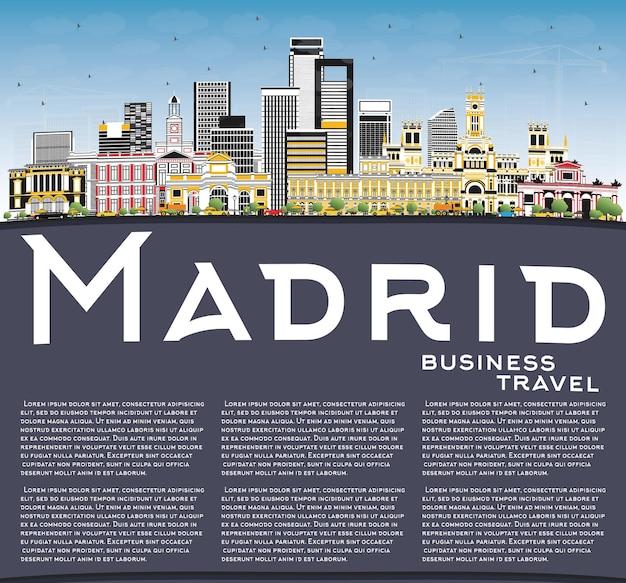 Madrid espanha city skyline com cinza edifícios, azul céu e espaço de cópia. viagem de negócios e conceito de turismo com arquitetura histórica. Vetor Premium