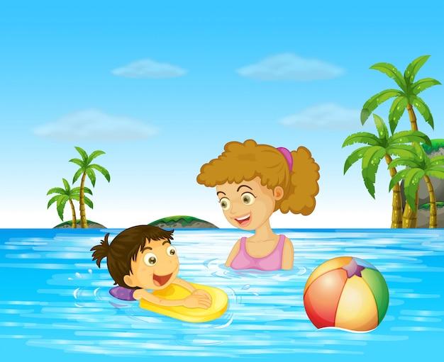 Mãe e filho a nadar no oceano Vetor grátis