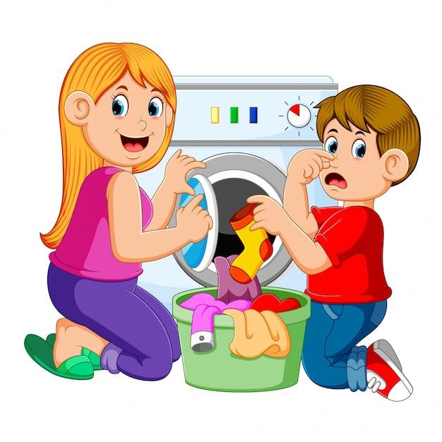 Mãe e filho fazendo roupa Vetor Premium