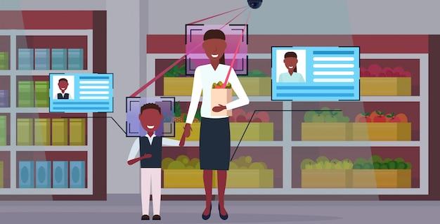 Mãe e filho, segurando, saco papel, com, mantimentos, clientes, identificação, reconhecimento facial, conceito, câmera segurança, vigilância, sistema cftv, mercearia, interior, comprimento total, horizontal Vetor Premium