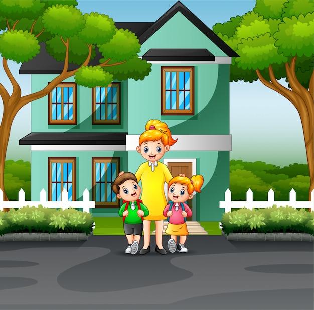 Mãe e filhos na frente de uma casa Vetor Premium