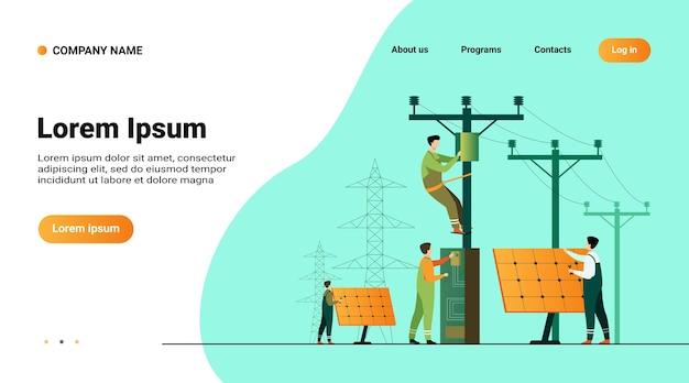 Manutenção de usinas solares. trabalhadores de serviços públicos consertando instalações elétricas, caixas em torres sob linhas de energia Vetor grátis