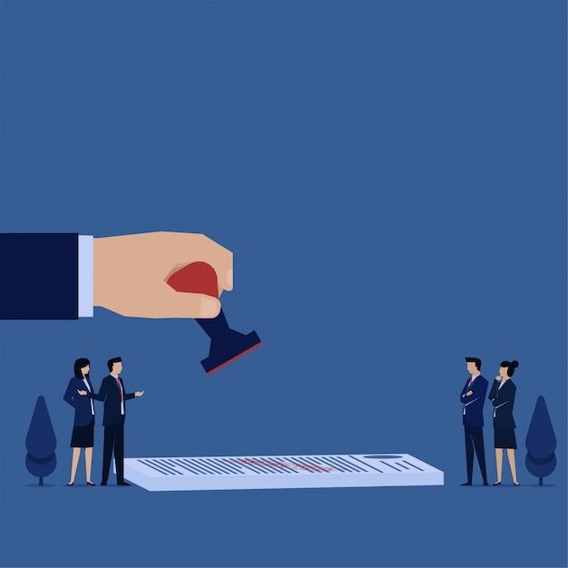 Mão de conceito plana de negócios segura o carimbo acima do papel e as pessoas discutem a metáfora do acordo. Vetor Premium