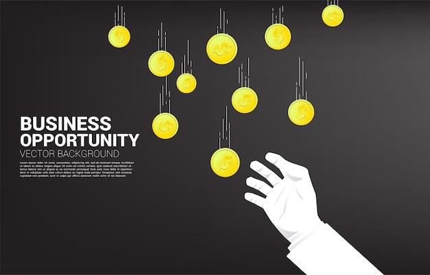 Mão de empresário tenta pegar dinheiro caindo do céu. conceito de oportunidade de negócio e economia Vetor Premium