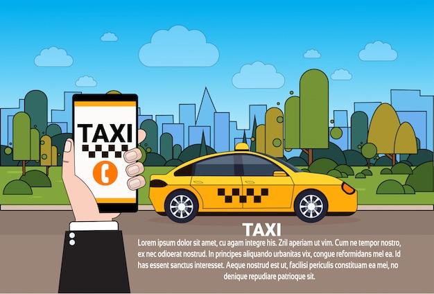 Mão de serviço de táxi móvel segurando o telefone inteligente com pedido on-line app sobre carro de táxi amarelo na estrada Vetor Premium