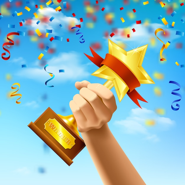 Mão segurando o prêmio do vencedor no fundo do céu azul com serpentinas e confetes realistas Vetor grátis