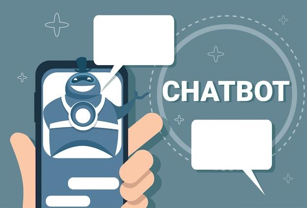 Mão segurando o telefone inteligente homem conversando com o chat bot online support chatter technology Vetor Premium