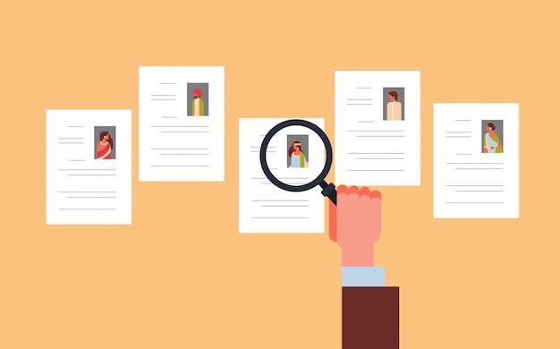 Mão segure ampliação zoom cv currículo escolhendo índio candidato Vetor Premium