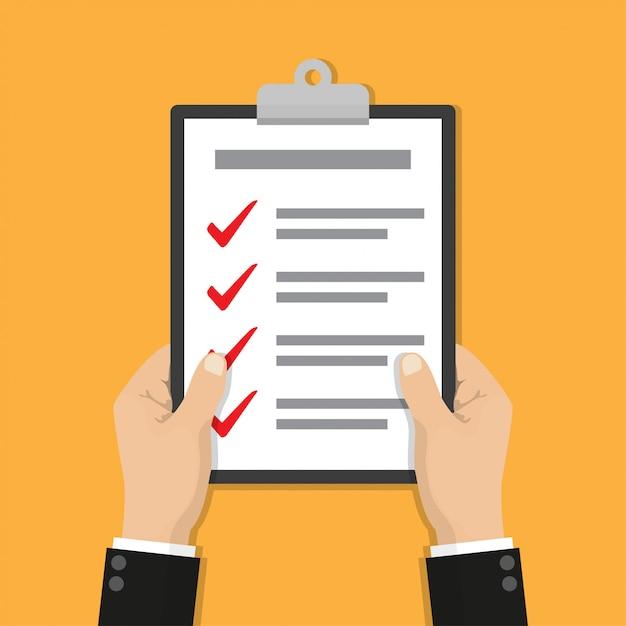 Mãos de empresário segurando uma lista de verificação da área de transferência Vetor Premium