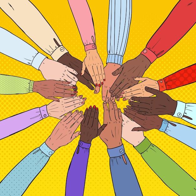 Mãos multiculturais de arte pop. trabalho em equipe multiétnico. união, parceria, conceito de amizade. Vetor Premium