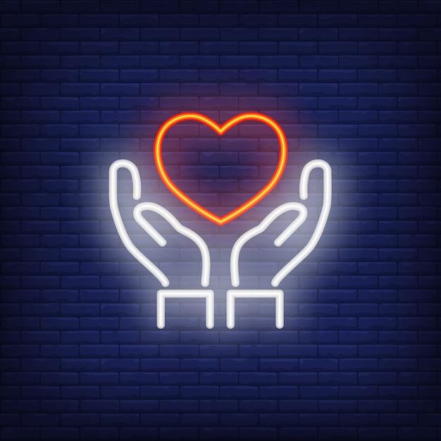 Mãos, segurando, coração, sinal néon Vetor grátis