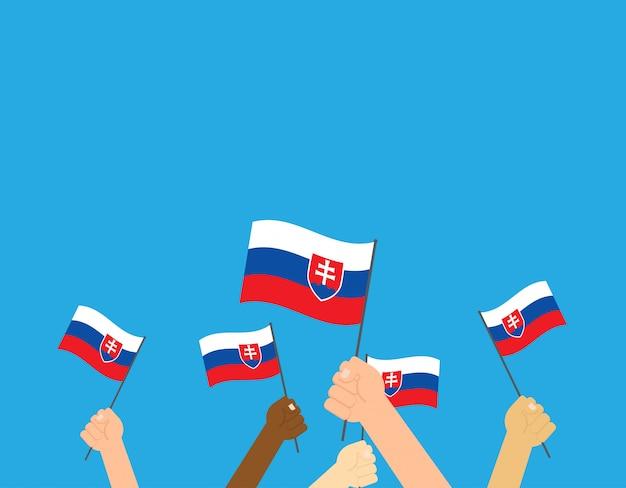 Mãos, segurando, eslováquia, bandeiras Vetor Premium