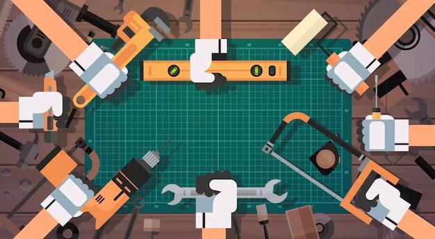 Mãos, segurando, ferramentas, reparar, e, construção, trabalhando, equipamento Vetor Premium