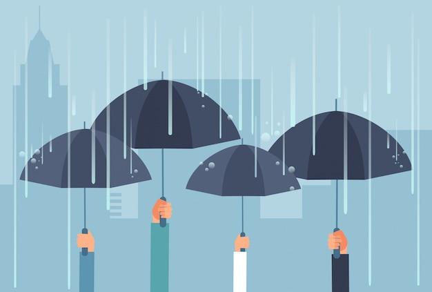 Mãos segurando guarda-chuvas enquanto tempestade. conceito de negócio seguro dos desenhos animados do vetor Vetor Premium