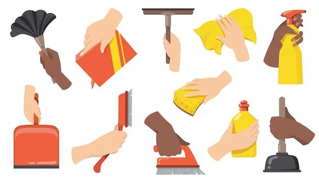 Mãos segurando um conjunto de ilustração plana de ferramentas de limpeza. braços dos desenhos animados com vassoura, escova, colher, garrafa com limpador e coleção de ilustração vetorial isolado de pano. manutenção doméstica e limpeza co Vetor grátis